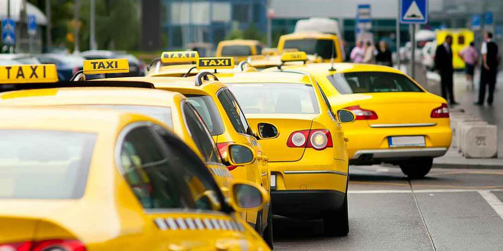фото такси на дороге